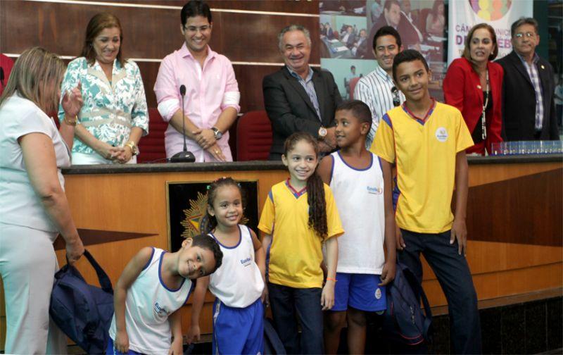 Prefeitura de Eusébio apresenta novos uniformes dos alunos municipais
