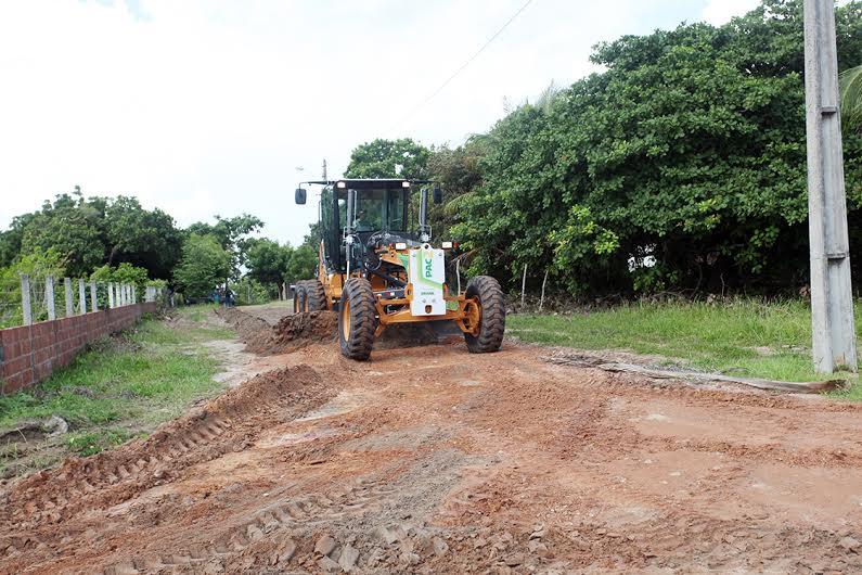 Prefeitura inicia obras com motoniveladora recebida do PAC