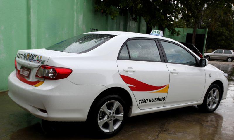 AMT adesiva e regulariza frota de táxi do município